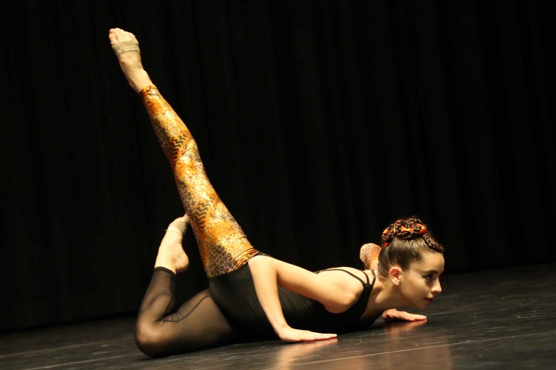 Stretch & Akrobatik Dancer on stage