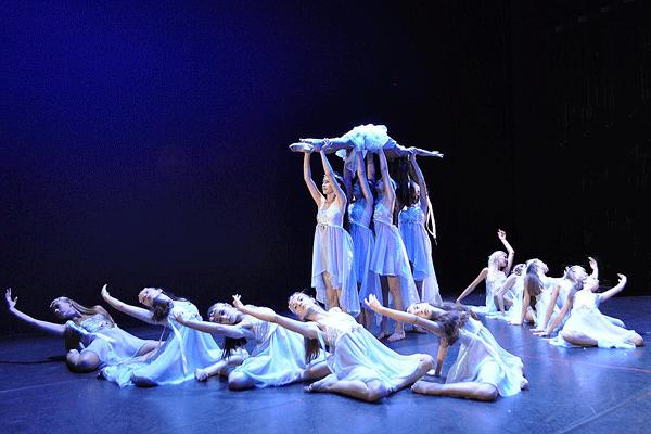 Bühnentanz: Tänzerinnen auf der Bühne