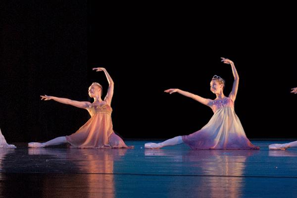 Bühnentanzé 2 Tänzerinnen auf der Bühne